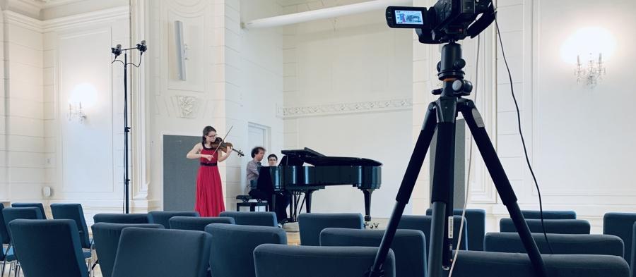 Koncerty absolventů Fakulty umění živě ize záznamu